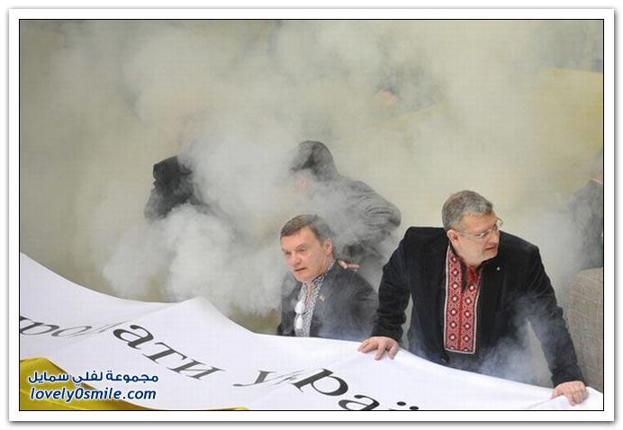صور قنابل دخانية ولكمات وبيض في البرلمان الأوكراني