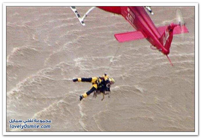 صور إنقاذ كلب من فيضانات