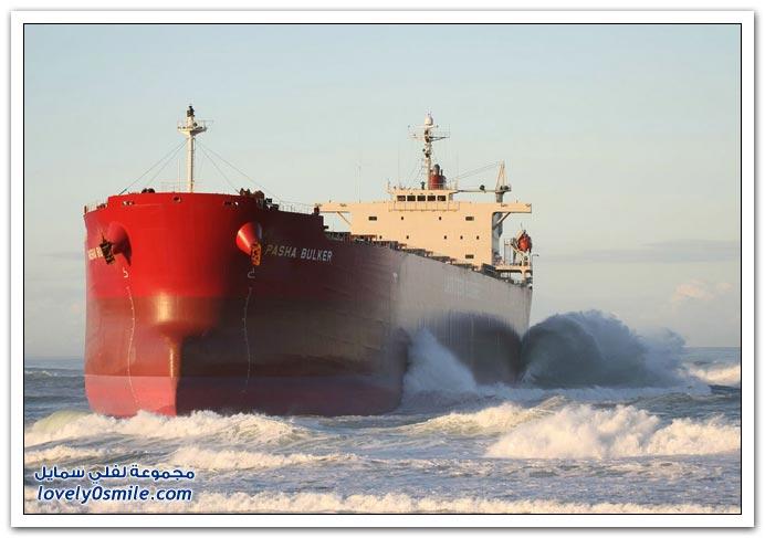 صور سفينة عالقة على الشاطئ