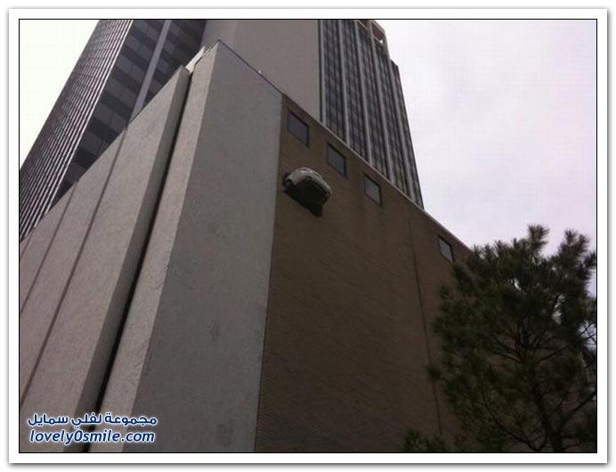 صور مرسيدس معلقة في الطابق السادس