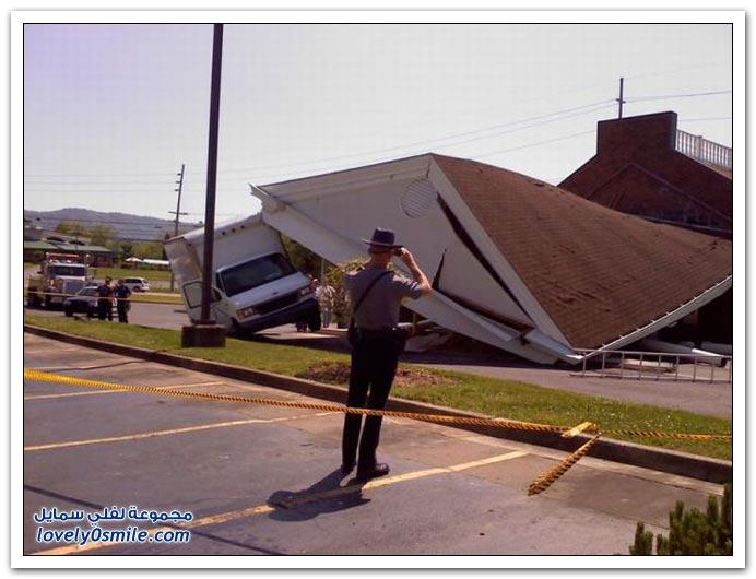 صور سائق شاحنة يدمر بنك