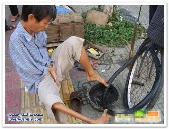 صور صيني يعمل برجليه بدون يدين