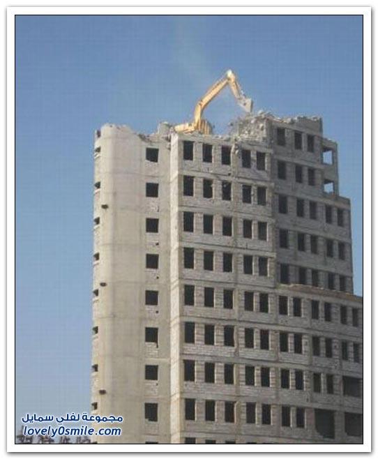 صور حفارة تهدم مبنى من السطوح