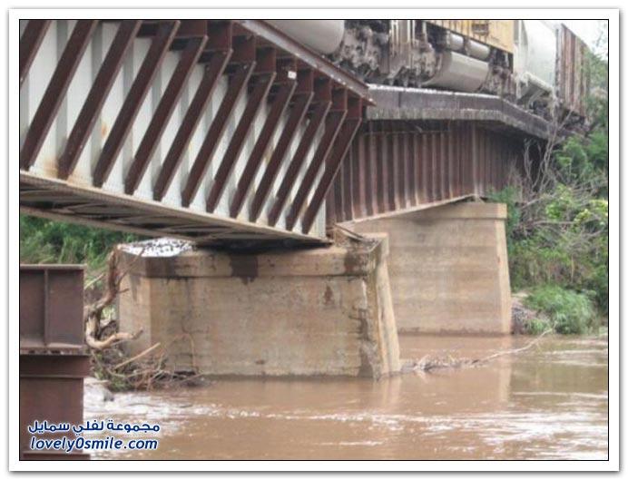 جسر قطار على وشك السقوط