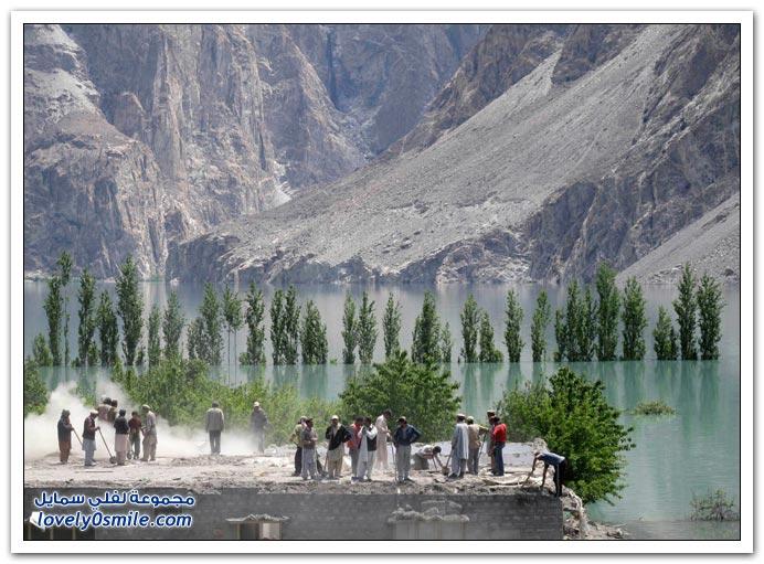 صور انهيار جبلي على أحد الأنهار في باكستان