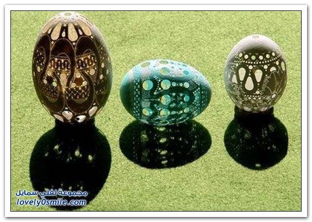 فنان محترف يرسم أشكال وزخارف على البيض