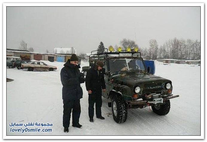 انتشال سيارة غارقة في روسيا