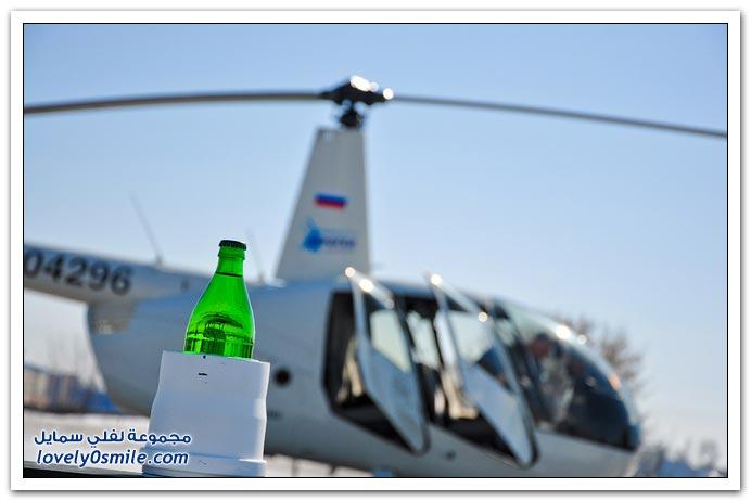 طيار هليكوبتر محترف يفتح قارورة أثناء الطيران