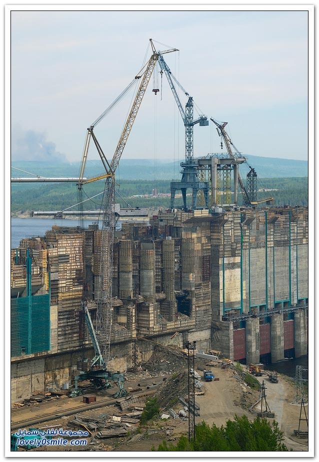 بناء سد على نهر أنغارا في روسيا لتوليد الطاقة الكهرمائية