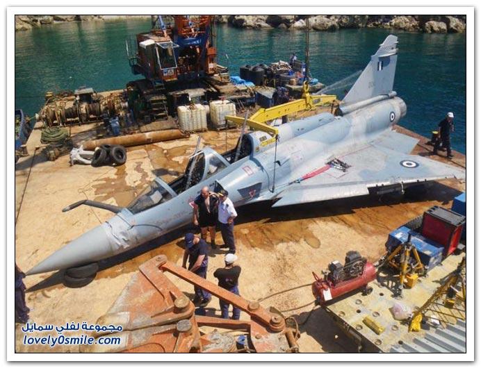 انتشال طائرة يونانية من طراز ميراج من بحر إيجة