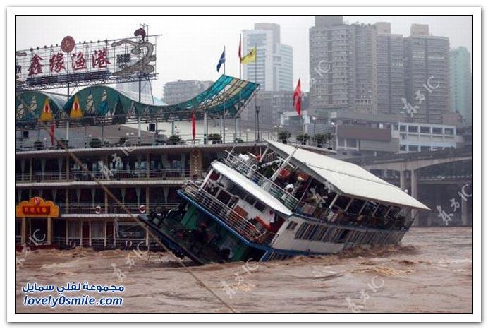مياه الفيضانات تدمر أحد القوارب في الصين