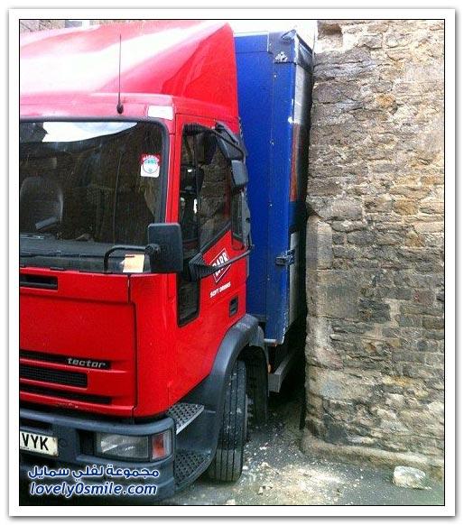 شاحنة تعلق بشارع ضيق في بريطانيا