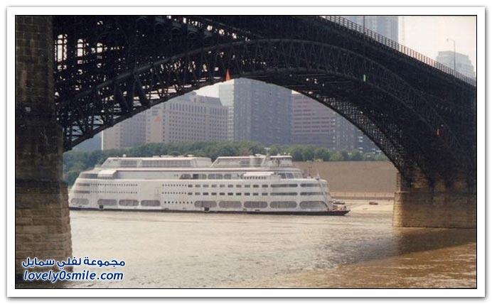 اصطدام عبّارة بجسر