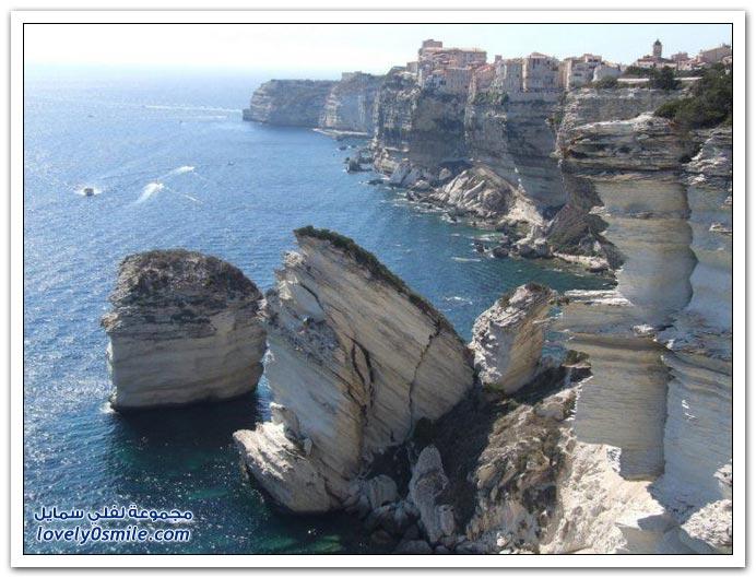 منازل على مرتفعات مطلة على البحر في أوروبا