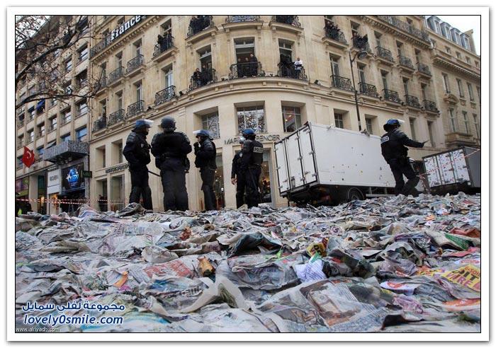آلاف الصحف ترمى على شارع الشانزليزيه في باريس