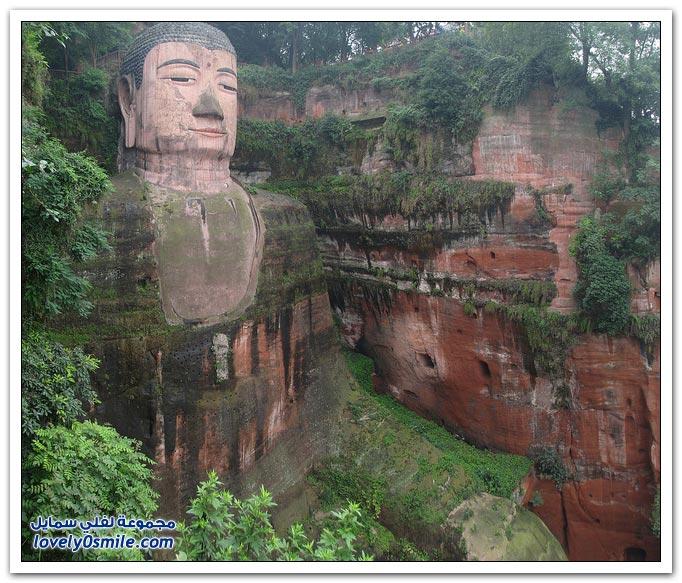 تماثيل عملاقة و مبان ضخمة و غير اعتيادية