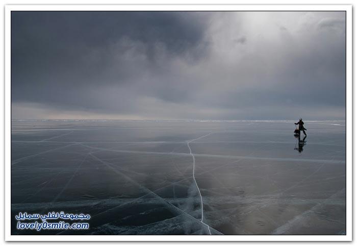 التزلج في بحيرة بايكال أعمق بحيرة على سطح الأرض
