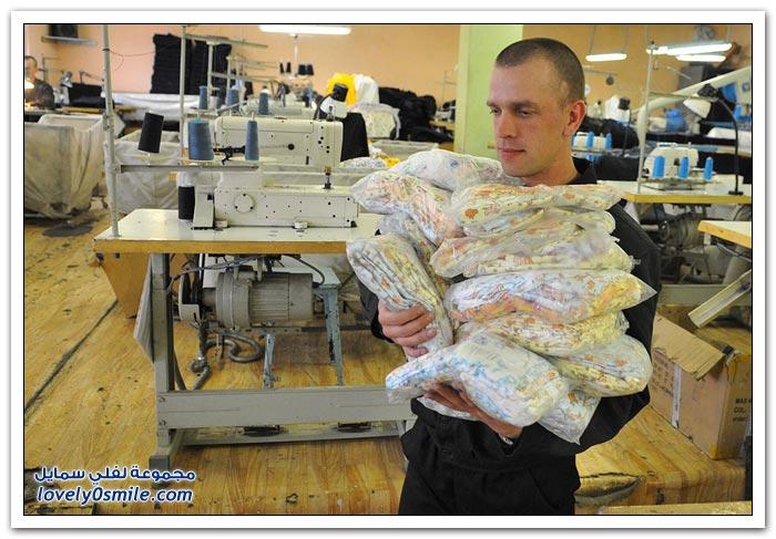 ورشة لملابس الأطفال حديثي الولادة في روسيا