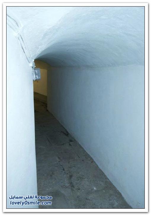 باب سري يؤدي إلى غرفة التعذيب