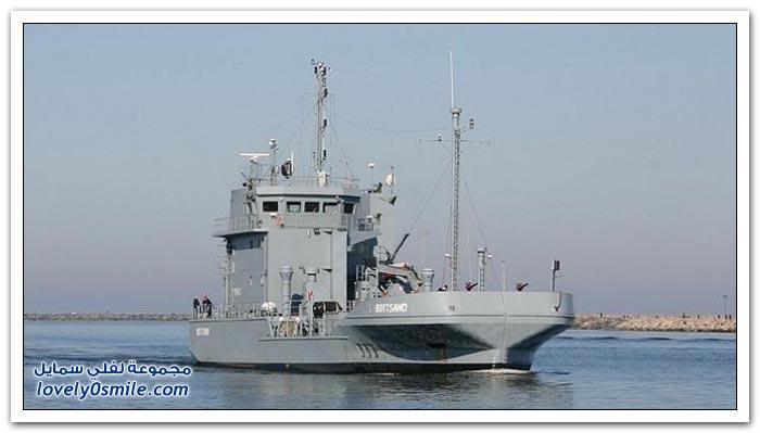 السفن المسماة بالمقص لجمع تسرب النفط في المياه