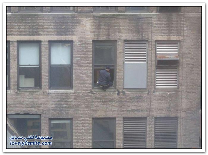 تهور وجنون عامل تنظيف النوافذ في أحد مباني مانهاتن