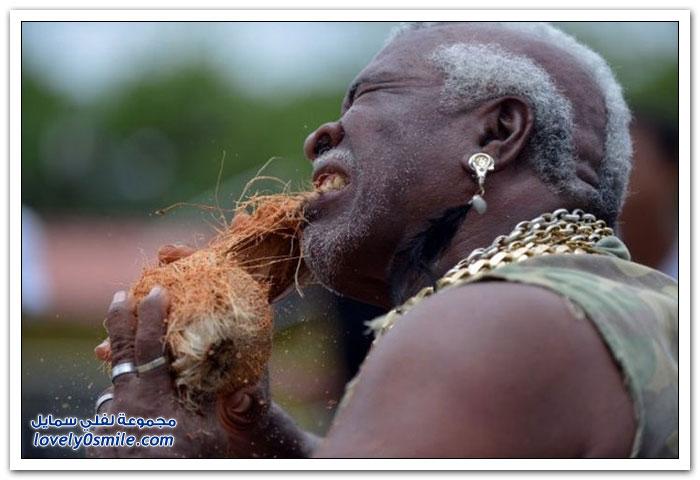 رجل يقشر جوز الهند بأسنانه