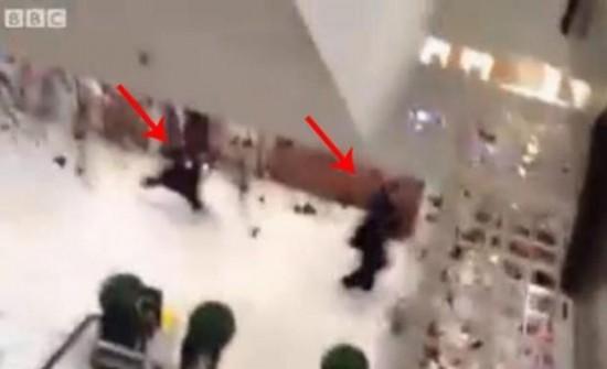 فيديو: عصابة بالنقاب والعباية تسرق متجر في لندن + طفلة تتلذذ بأكل البصل