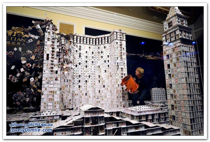 قمة التركيز والتوازن في صناعة مباني من الورق