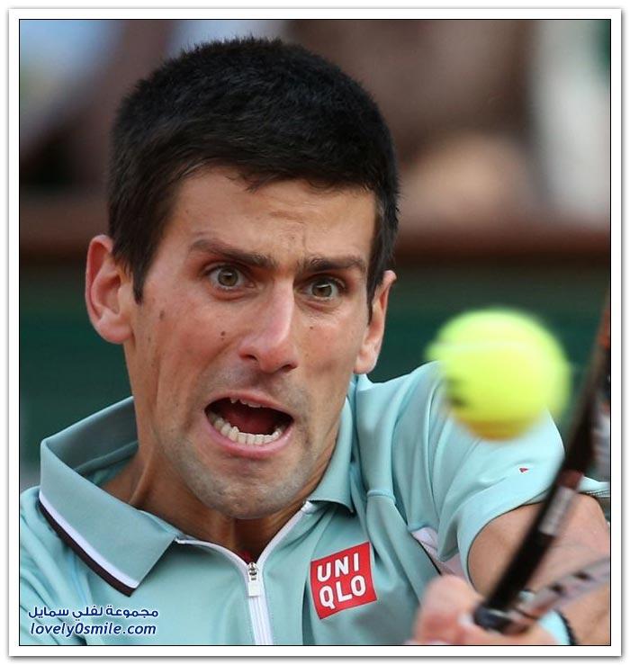 وجيه لاعبين التنس أثناء ضرب الكرة