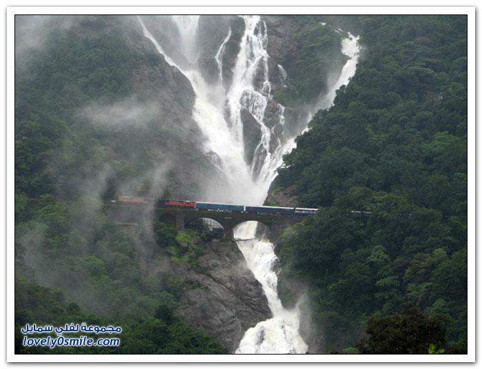 جسر سكة حديد فوق شلال في جنوب غوا في الهند