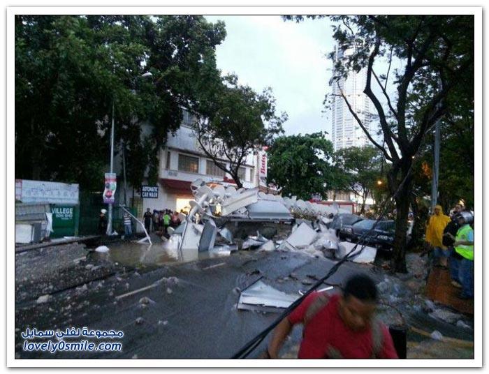 لحظة سقوط برج هوائي من ناطحة سحاب في ماليزيا