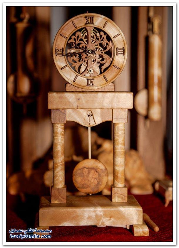 ساعة منحوتة من الخشب