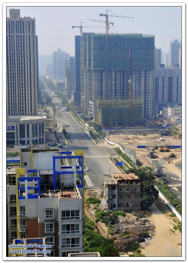 منزل في الصين وسط الطريق السريع