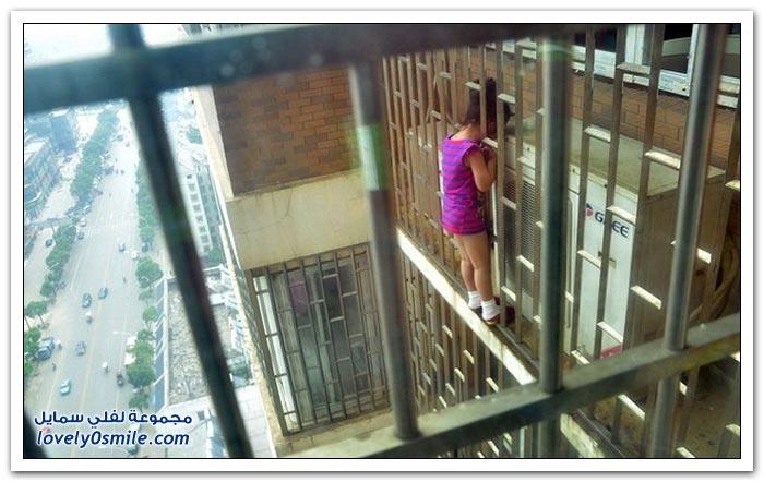 إنقاذ طفلة علق رأسها بين قضبان الطابق الـ24