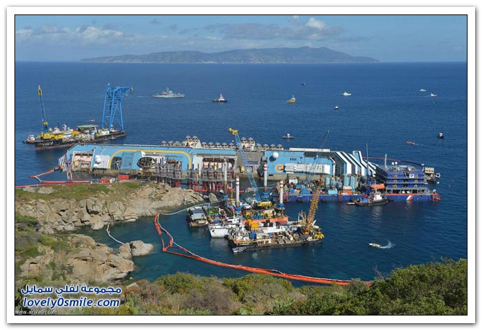 لحظة رفع سفينة كوستا كونكورديا الجانحة قرب سواحل جزيرة جيليو الإيطالية