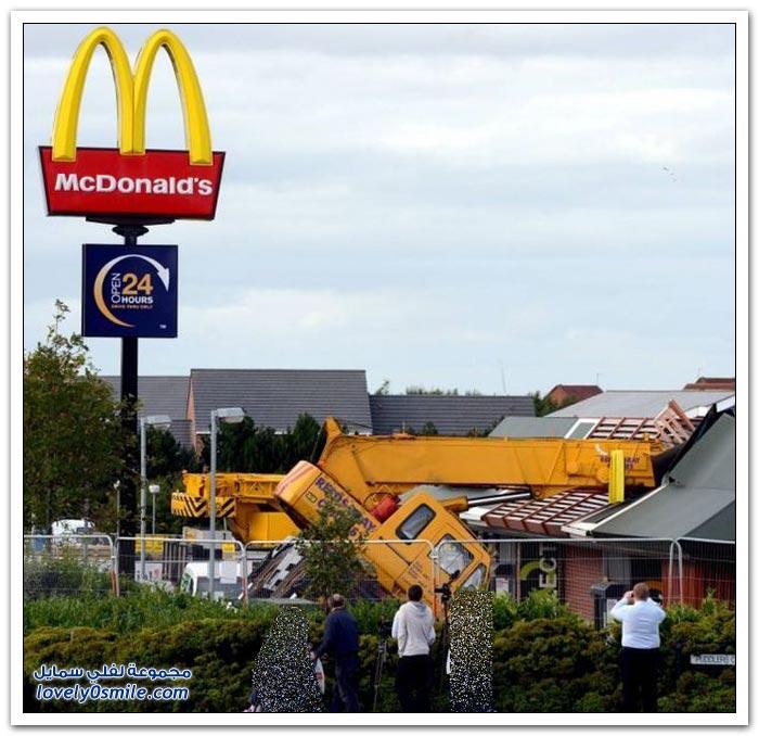رافعة تنقلب على سقف مطعم ماكدونالدز في بريطانيا