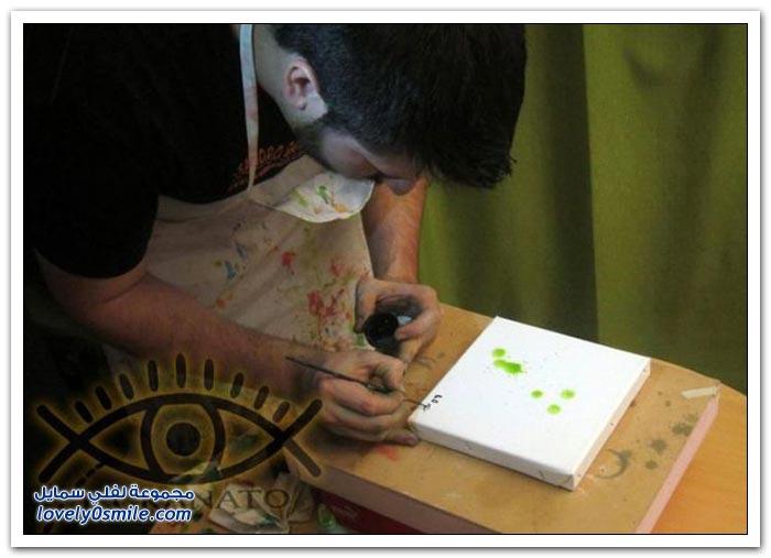فنان يستخدم عينه بدلا من الفرشاة