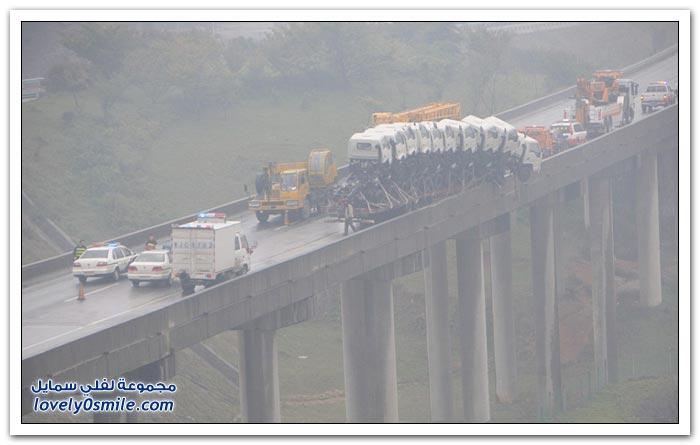 شاحنات على وشك السقوط من على جسر في الصين