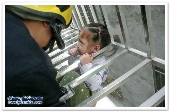 إنقاذ فتاة عمرها 3 سنوات علقت في نافذة في أحد البنايات في الصين