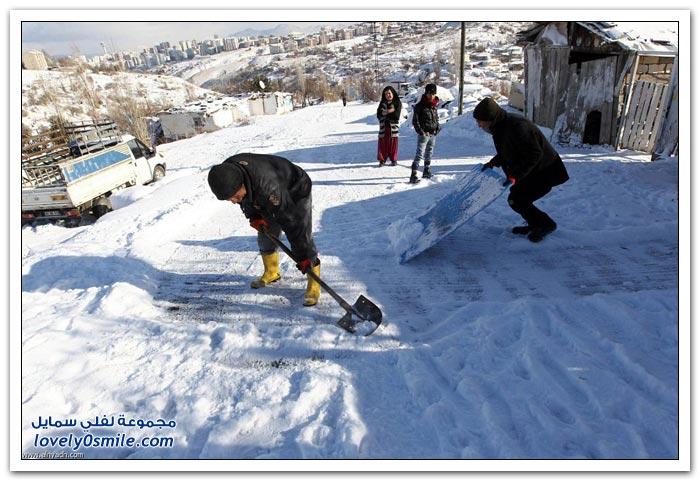السوريون يواجهون الثلوج