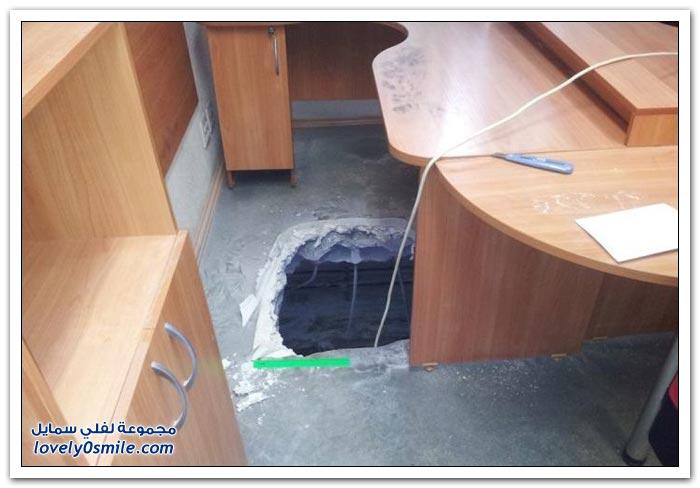 لصوص يسرقون مكتب في روسيا من خلال فتحة في الطابق الأرضي
