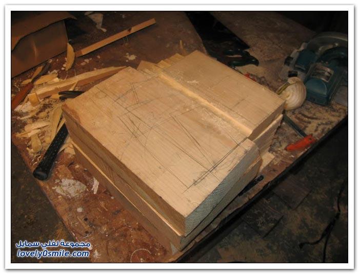 فنان محترف يحول قطع من الخشب لصندوق به دولارات