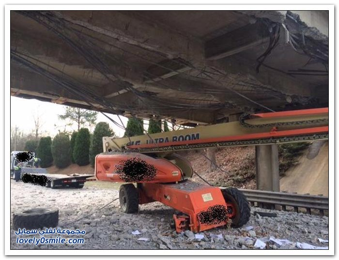 اصطدام شاحنة بجسر