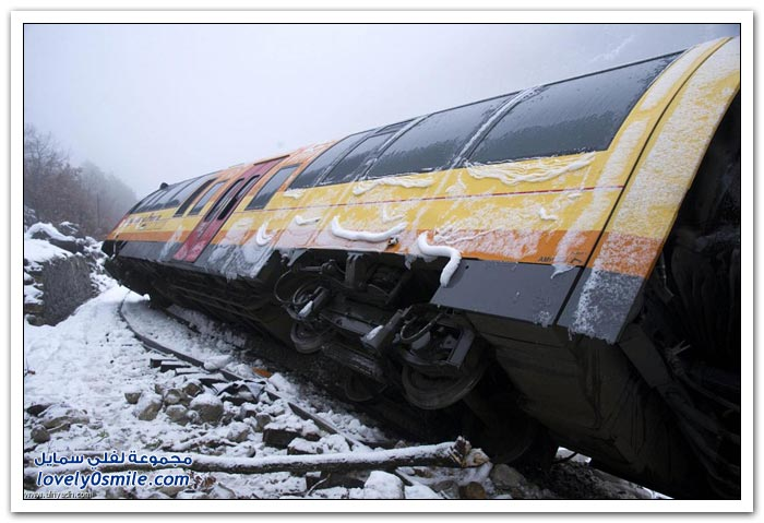 صخرة تخرج قطار عن مساره