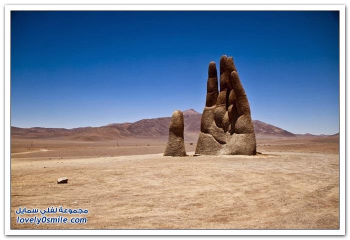 تمثال على شكل يد في صحراء أتاكاما