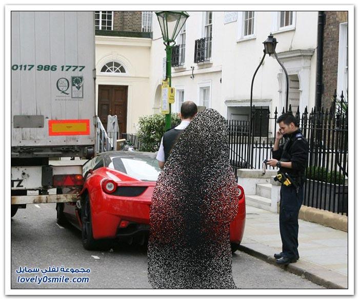 شاحنة تصدم فيراري متوقفة في لندن