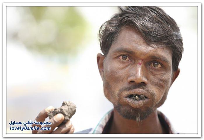 هندي يأكل الطوب والحجارة