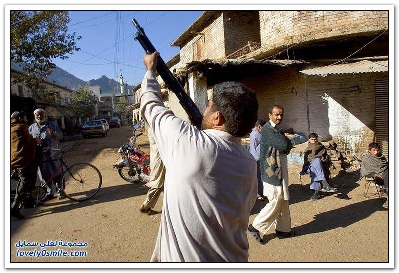 صناعة الأسلحة والذخائر يدوياً في باكستان في قرية دارا خيل آدم