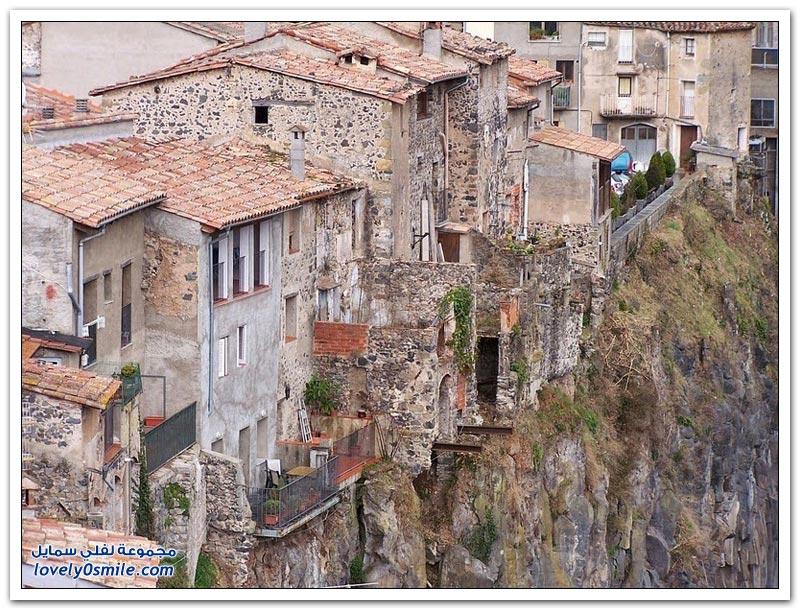 كاستيفوييت دي لا روكا القرية الأكثر جمالا في كاتالونيا