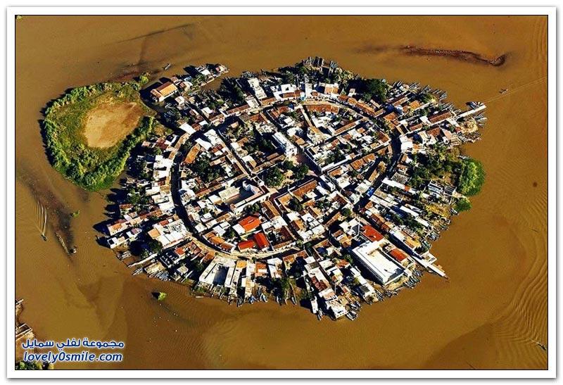 مدينة متكاملة في منتصف بحيرة